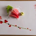 寿司だけではなく一品料理も魅力的。食材では北海道産ならではの食材と、本州より届けられる食材を使用。1皿ひとさらで、その時期ならではの季節感が表現されています。