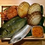 """食材は旬のもののなかでも特に品質の良いものを厳選しています。さらに、地元・北海道だけにとどまらず全国各地からも入手。長年の付き合いがある市場からの""""生きた情報""""も必要不可欠です。"""