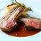 肉の周りまでしっかり味わえる『仔羊背肉ロースト フリット仕上げ 黒オリーブソース』