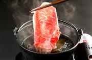 自家製の朴葉味噌の香ばしい風味が食欲をそそります。最高級の黒毛和牛と彩りも美しい季節の野菜の味わいが楽しめます。