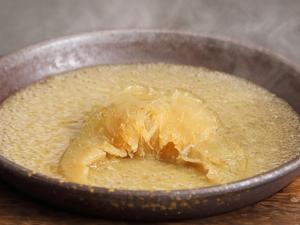 滋味旨味が凝縮された伝統の味『ふかひれの煮込み 白湯スープ』1/2枚