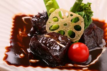 じっくり煮込んだ、十勝産豊西牛の旨味を味わう『豊西牛頬肉の赤ワイン煮込み』