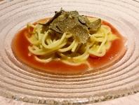 ウニを絡めたスパゲッティー二に引き揚げ湯葉とフレッシュトマトから丁寧に抽出したソースを添えた、夏らしい一品。仕上げにサマートリュフをあしらい、贅沢な一品に仕上げました。
