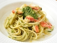 春をイメージした爽やかな彩に、ズワイガニを贅沢に使った料理。三大珍味の1つカラスミを添えて仕上げます。食材を通して春夏秋冬を表現する【Felicita】のスパゲッティは秀逸です。