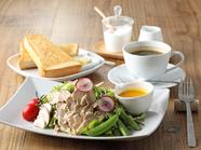 四季折々の旬でフレッシュ産直野菜を使用した『茹で鶏と季節の有機野菜サラダ』(厚切りトースト付)