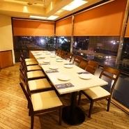 【チキンバル 伊太利亭】は、大通りに面したビルの2Fにあり、大きな窓から外の景色がよく眺められます。昼も夜も美味しい食事を楽しみながら、眺望も堪能できる貴重なバルです。
