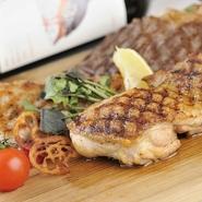 【チキンバル 伊太利亭】では数々の鶏料理が楽しめます。『よだれ鶏の四川風、サラダ仕立て』などの前菜から『飛騨 高山風、本格手羽先』などのメイン。豚肉と牛肉を楽しめる『豪快、三種の肉盛り』などがあります。