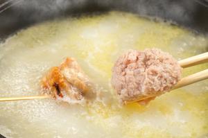 炭火で炙ったモモ肉を8時間煮込んだ鳥スープで!『焼く鳥鍋』