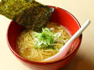 『らーめん』は8時間かけて煮込んだ鶏スープが決め手!