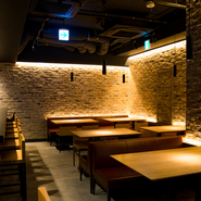 渋谷を感じさせないおしゃれな店内は、木の温もり溢れデート、女子会、接待に最適。特に、カウンター席は料理人の顔が見え臨場感溢れ目でも食しても楽しめるところが人気。