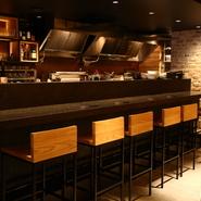 仕事帰りにちょい飲みや晩ご飯など、ふらりと気軽に立ち寄りやすいカウンター席あり。スタッフとのコミュニケーションを楽しみながら、たまには時間を忘れて料理やカクテルをじっくり堪能してみてはいかが。