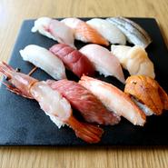 豪華な食材を使用した寿司のおまかせ握り