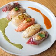 握り寿司を炙ってソースでオシャレな炙り寿司6貫。 サーモン1貫・サバ1貫・エビ1貫・キンカロール1貫・牛1貫・穴子1貫  ABURI NIGIRI SUSHI 6pc assorted blow-torched nigiri sushi 6pc