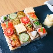 16種類の味が楽しめる、見た目も綺麗で味も美味しい名物寿司♡(サーモン・しめ鯖・穴子・エビ) piece of small blow-torched pressed sushi 16pc (shrimp, mackererl, salmon, conger eel)