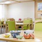 明るく優しい色調の椅子、上質な食器に癒されるひととき