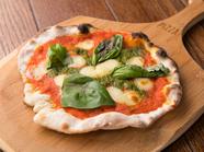 パリッとした生地の『自家製トマトソースのマルゲリータ』