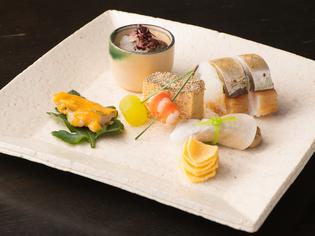 ふんだんに使用する旬の魚介と地元野菜は、素材選びにこだわる