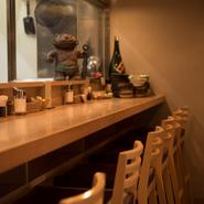 カウンター席の目の前に並ぶ、野菜やお肉、新鮮なお魚などの食材。その中から、味わいたい食材をチョイスして料理が注文できます。まさに、カウンター席ならではの特典です。