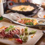 豚肉から佐賀牛まで、すべて九州の各地から、こだわり抜いた美味しい厳選食材のみを集めています。『みつせ鶏のたたき』は、佐賀の柔らかくてうま味のある「みつせ鶏」を使った逸品です。