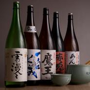 お酒は、麦焼酎や米焼酎、泡盛などからお好みで選べます。メインは芋焼酎で、その種類は30ほど。中でも芋焼酎の『あんばい』は、【食楽厨房あんばい】の名前でオリジナルにつくっている銘柄です。