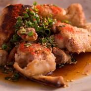 『やわらか豚足』は、信用できる精肉店から仕入れた豚足を、グツグツと5時間炊き上げた人気メニュー。コラーゲンが豊富なので、女性の方には美容にいいと評判です。
