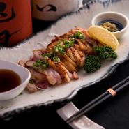 佐賀県の自然の中で飼育されているフランス由来の鶏「みつせ鶏」は、外せない食材の一つです。風味豊かで、ほどよい弾力の食感があり、芋焼酎にあいます。