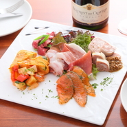 料理5品にドルチェまでついた『女子会コース』もあり。お昼どきの女子会にもおすすめです。お気に入りのワインと共にいただけば、会話も華開くことでしょう。