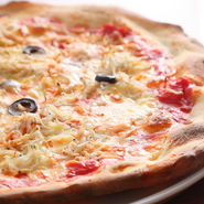 生地のブレンドと発酵にこだわったピッツァ。繊細な食感のしらすを、濃厚なチーズと共にいただくチチニエッリを女子会のお供にいかが。