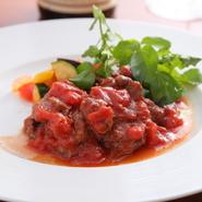 """イタリアにおける""""食の中心""""エミリアをテーマにした食べごたえのあるメニュー。柔らかく仕上げられた牛フィレ肉は、口にした瞬間に繊維をほどき、凝縮した肉の旨みを伝えてくれます。"""
