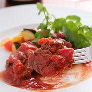 エミリア・ロマーニャをテーマに自分流のアレンジを施した、『牛フィレ肉のエミリア風』が自慢の逸品です。料理を軽くしていくという全体的な流れのなかでも、しっかりとした食べごたえを目指しました。