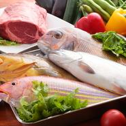 新鮮な「海の幸」は、古くから親交のある信頼できる業者を通して。「野菜」は有機栽培で育てられたものをはじめ選りすぐりの食材を、農家の方より直接お送りいただいております。