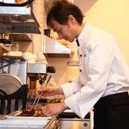 """一度ご来店いただいたお客さまに""""もう一度来たい""""と思っていただけるように、料理・サービスだけでなく、お店全体の雰囲気まで細かく気を配っております。"""