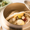 塩が命の、薬膳ともち米を入れてつくるスープの『サムゲタン』