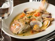 旬の魚を丸ごと一匹使った贅沢な『鮮魚のアクアパッツァ』
