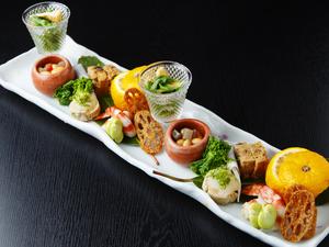 料理人の感性が光る、盛り付けも美しい『季節の八寸』