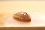 昆布締めにしてまろやかで優しい旨みを引き出した『子鯛』
