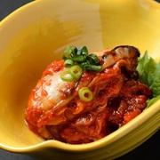 スペインバルの定番「アヒージョ」とぷりぷり牡蠣のコラボ!!牡蠣の旨みが移ったオイルをバケットに付けて食べるとさらに美味しい逸品です。