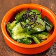ざく切りキャベツを特製塩ダレで和えたシンプルなおつまみ。野菜が新鮮だからこそ美味しい!モリモリ食べれる、やめられない止まらない美味しさ。あっという間に出てくるスピードメニューなので一品目におすすめです!