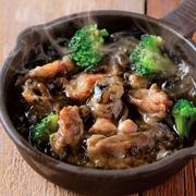 エビの旨みが溶け出た絶品オイルを香り高いハーブが包み込むような味わいです。アッツアツの鉄板で出されるアヒージョはオリーブオイルの香りと一緒にぷりぷりの海老の食感をお愉しみいただけます。