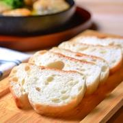 鴨から溶けだした良質な脂で長ネギをじっくりと煮込んだスペインの伝統的な料理。旨みとコクが特徴的な鴨肉と一緒に煮込んだ長ネギはとろけるような甘さ!バケットにつけて、最後の一滴までお召し上りください。