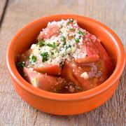 冷やしトマトの甘みに、香ばしいにんにくがアクセント。