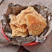こんがり焼いたチーズの香ばしさとパリッパリの食感が楽しい人気おつまみ。