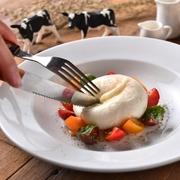 今話題の 『ブッラータ』とは?イタリア原産の極上フレッシュチーズ。ナイフを入れると、なんと中からはとろ~り…「生クリーム」が!濃厚でミルキーな味わいが楽しめます。ぜひ当店で体験してみませんか?