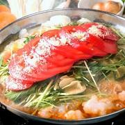 コラーゲンたっぷりのもつ鍋に、熟したトマト&とろ~りチーズをずっしり盛りつけました!チーズと焦がし醤油の香ばしい香りが食欲をそそります。  ■ご注文は2人前から承っております。