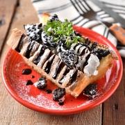 片手でパクッと インスタ映え抜群の可愛いシフォンケーキが新登場!チョコレートソースとたっぷりの生クリームでデコレーション!