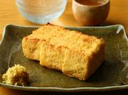 神田の老舗豆腐店の厚揚げは、風味が豊かで優しい味わい。さっぱりと生姜醤油で召し上がれ。