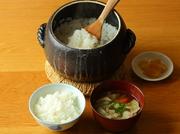 オーナーが自ら育てた「昭恵米」。土鍋で炊くことで一粒一粒に艶があり、噛むほどにお米本来の旨みや甘みが感じられます。こだわりの出汁を使ったお味噌汁と共に、自然の美味しさを堪能できます。