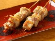 たっぷりの脂と弾力のある赤身。瀬戸内の小さな島で人と共に育った放牧豚の美味しさを味わえる一皿。塩と山椒でシンプルに、素材本来の旨みを愉しめます。