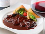 人気メニュー『牛ホホ肉のワイン煮込み』