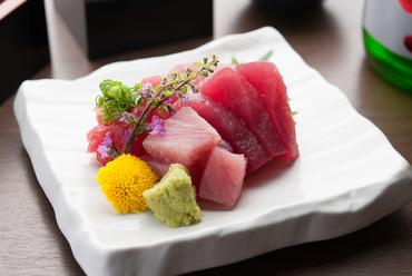 新鮮な味わいを和歌山県の勝浦漁港から直送した『鮪お造り』